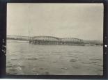 Die Brücke ist, teilweise fertig, dem Verkehr übergeben
