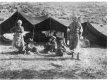 Familie vor Zelt