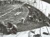 Die Bauarbeiter beim Verlegen der Bewehrung