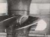 Die Montage des Kaplan-Rades, einer Schraube von 4 Metern Durchmesser, im Augenblick in dem sie in den untern liegenden Traversenring eingeführt wird. Der Schraubenkörper, aus Stahl der in einem Stück gegossen wurde, enthält alle Übersetzungsgetriebe und Schmiermechanismen, etc. Die Turbine wurde für eine Höchstgeschwindigkeit von 365 Umdrehungen pro Minute bemessen. Ihre Schaufeln sind ebenfalls aus Stahlguss hergestellt und an allen Stellen, die eventuellen Kavitationseffekten ausgesetzt sind, mit einer 6 mm starken Schicht aus Chromnickelstahl überzogen. Jede Turbine hat eine Leistung von 45.000 PS.