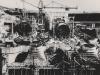 Von Unterwasser aufgenommen: Stahlsaugschläuche, die sich unter den Turbinen befinden und 10 m unterhalb des Krafthauses in den Unterwassergraben münden. Das Bild wurde während der Montage aufgenommen und zeigt deutlich den Sprung zwischen Druckrohr- und Saugschlauchachsen, der etwa der Hälfte der Schneckenbreite entspricht. Die Saugschläuche selbst bilden ein Knie und gehen von einem kreisförmigen Querschnitt von 4,72 m Durchmesser allmählich in einen Rechteckquerschnitt von 18,50 x 6,00 m über.