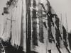 Schnitt durch Sperrenteil, im Bauzustand. An der Wasserseite der Mauer ist ein längslaufender Kontrollgang kurz oberhalb der Gründungskote vorgesehen worden, der dazu dient die Dichtigkeit der Sperrmauer, ihrer Herdmauer sowie der Injektionsschürze zu kontrollieren. Im Notfalle können von diesem Kontrollgang aus nachträglich Bohrungen und Injektionen unter der Mauer vorgenommen werden.