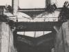 Eine provisorische Öffnung von Oberstrom gesehen, lässt die Weglassung der halben Rundköpfe im unteren Teile der Wehrpfeiler - ebenfalls zum Zwecke der provisorischen Wasserabführung - erkennen.