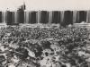 Nach Schließung und Auspumpen der Baugrube, zeigte sich der felsige Boden des Flussbettes. Man sieht Fels in verschiedenem Verwitterungsgrad. Die Aushubarbeiten bis zum festen Gründungsfelsen können nunmehr beginnen. Sie werden unter Anwendung von Sprengstoffen soweit durchgeführt, bis keine Gefahr besteht, damit das feste Gefüge der Gründungsfuge zu lockern. Deshalb wurden in allen Fällen die letzten 50 cm des Felsaushubes von Hand mit Presslufthämmern vorgenommen.